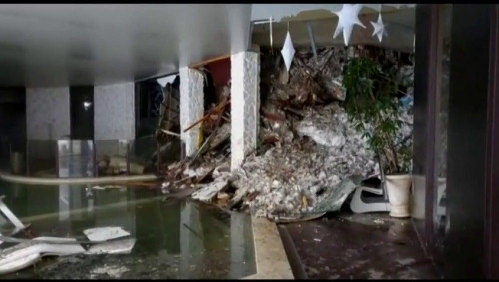 Frame 13.343418 de: Varios muertos en el hotel sepultado por un alud en Italia en el que estaban atrapadas 30 personas
