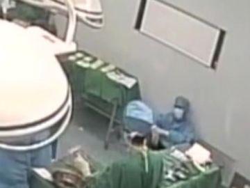 El cirujano Liang Ming intentando reponerse en el quirófano