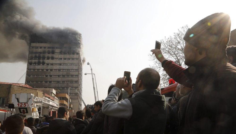 Incendio en el edificio antes de derrumbarse en Teherán