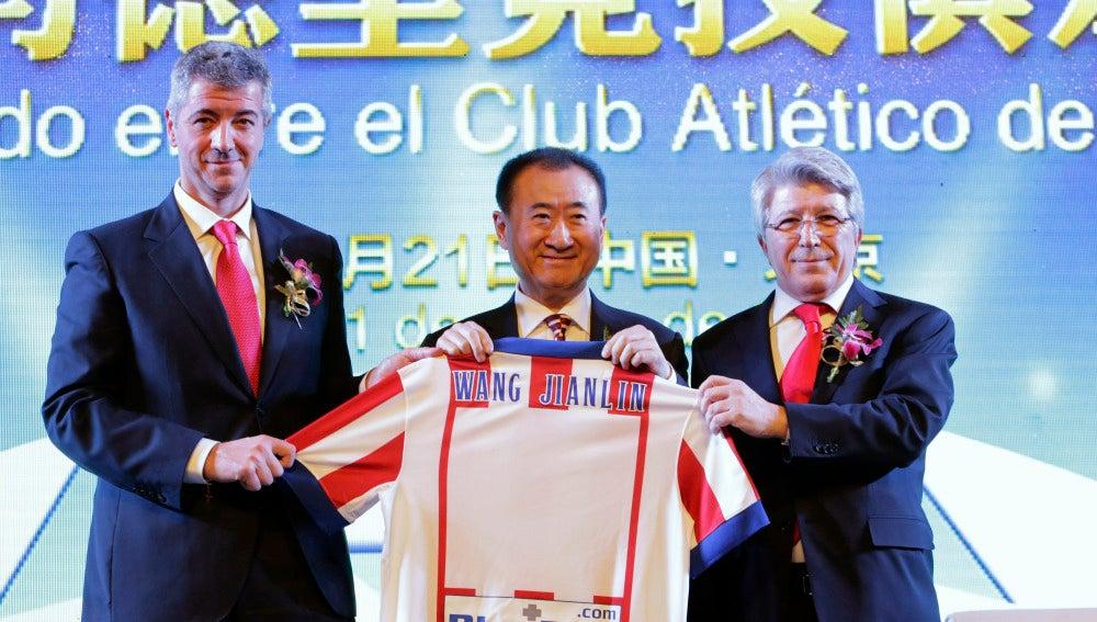Miguel Ángel Gil y Enrique Cerezo, junto a Wang Jianlin