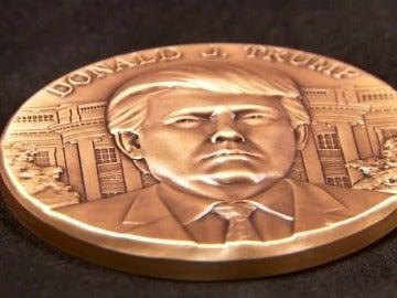 Frame 0.322666 de: Ultiman los detalles del medallón inaugural oficial con la imagen de Donald Trump