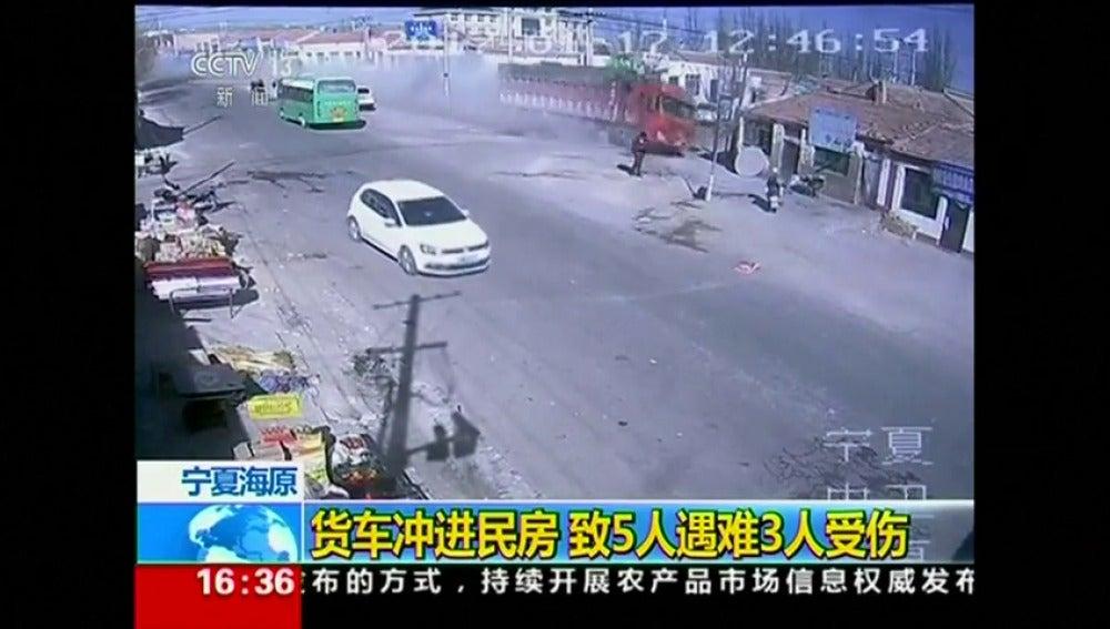 Frame 1.881181 de: Un camión pierde el control y arrasa varias casas a toda velocidad, en China
