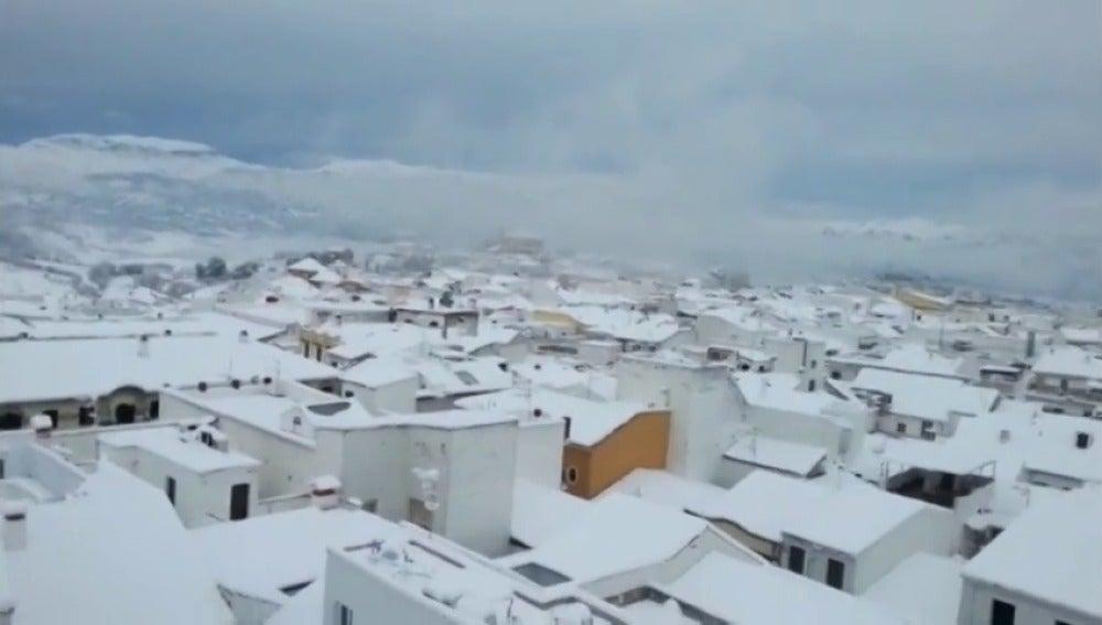 Frame 2.76618 de: Una intensa nevada en Ronda obliga a cerrar colegios, institutos y carreteras