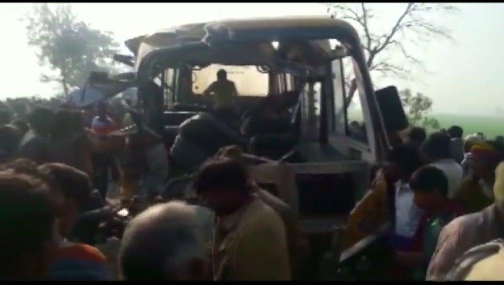 Frame 1.629631 de: Una colisión entre un autobús escolar y un camión deja 15 niños muertos en India
