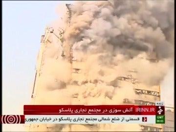 Frame 2.693337 de: Se derrumba un emblemático edificio de 17 plantas en Teherán tras un incendio