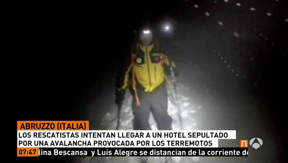 Frame 10.26 de: Rescatadas dos personas tras la avalancha de nieve sobre un hotel en Italia por la cadena de terremotos