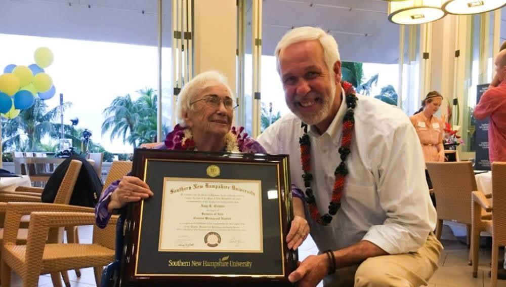 Amy Cratón recibe su título universitario