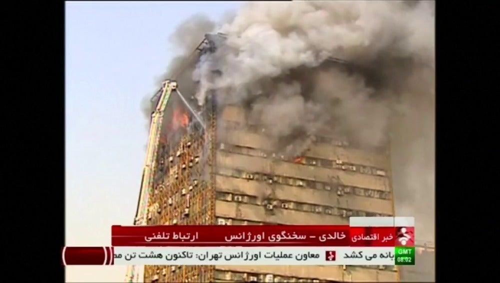 Frame 2.061274 de: Mueren al menos 30 bomberos en el derrumbe de un edificio de 17 plantas que se ha incendiado en Teherán