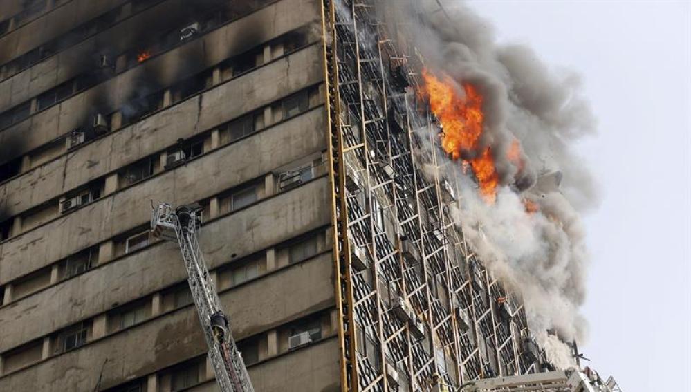 Un edificio de 17 plantas se derrumba en Teherán tras un incendio