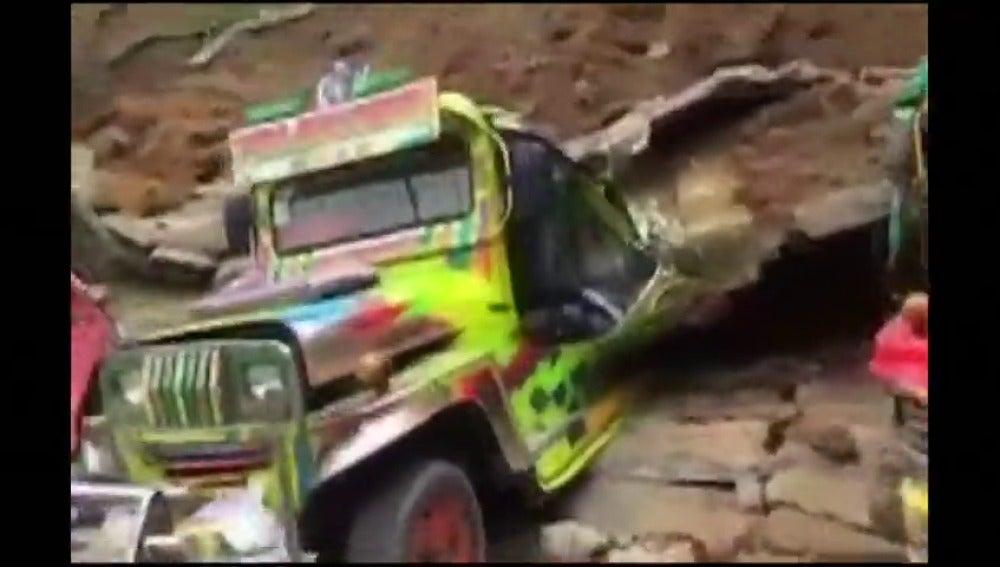 Frame 6.141934 de: Una avalancha de lodo y rocas sepulta una docena de vehículos en Filipinas