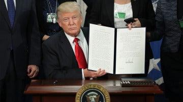 Donald Trump firma el decreto de construcción del muro de México