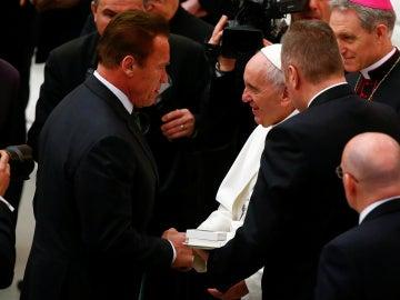 Arnold Schwarzenegger saluda al Papa Francisco
