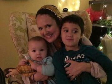 La madre junto a sus dos hijos