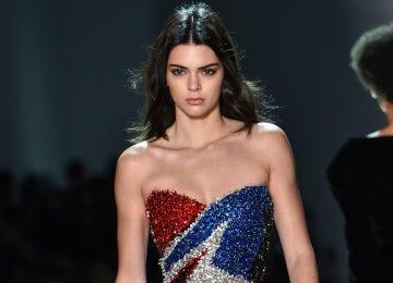 Kendall Jenner desfilando en París