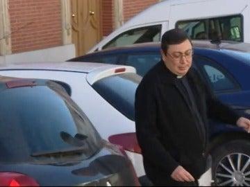 Frame 41.734516 de: El juez pide 6 años para un cura acusado de abusar de una niña que ayudaba en misa