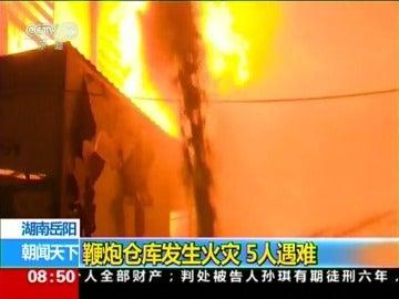 Frame 4.183694 de: Un cliente enciende petardos al lado del almacén donde los compró y provoca un aparatoso incendio