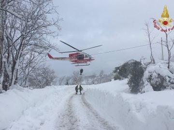 Los equipos de rescate trabajan en la zona del hotel sepultado