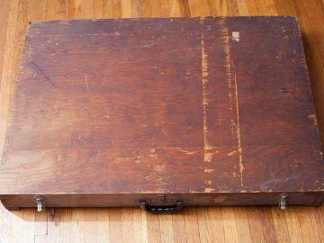 La caja de madera hallada en la basura que contiene material misterioso