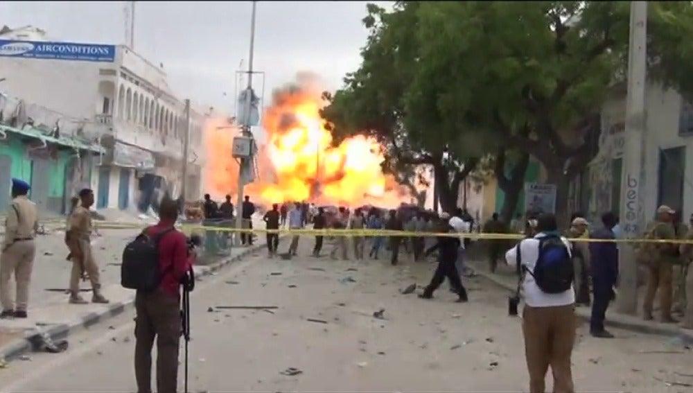 Frame 3.380201 de: Al menos ocho muertos en un atentado suicida contra un hotel de Mogadiscio