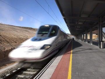 Tren de AVE a su paso por Cuenca