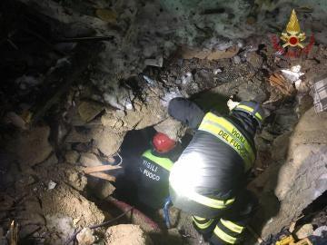 Varios bomberos en las labores de rescate y búsqueda tras la avalancha en el hotel Rigopiano en Farindola (Italia)