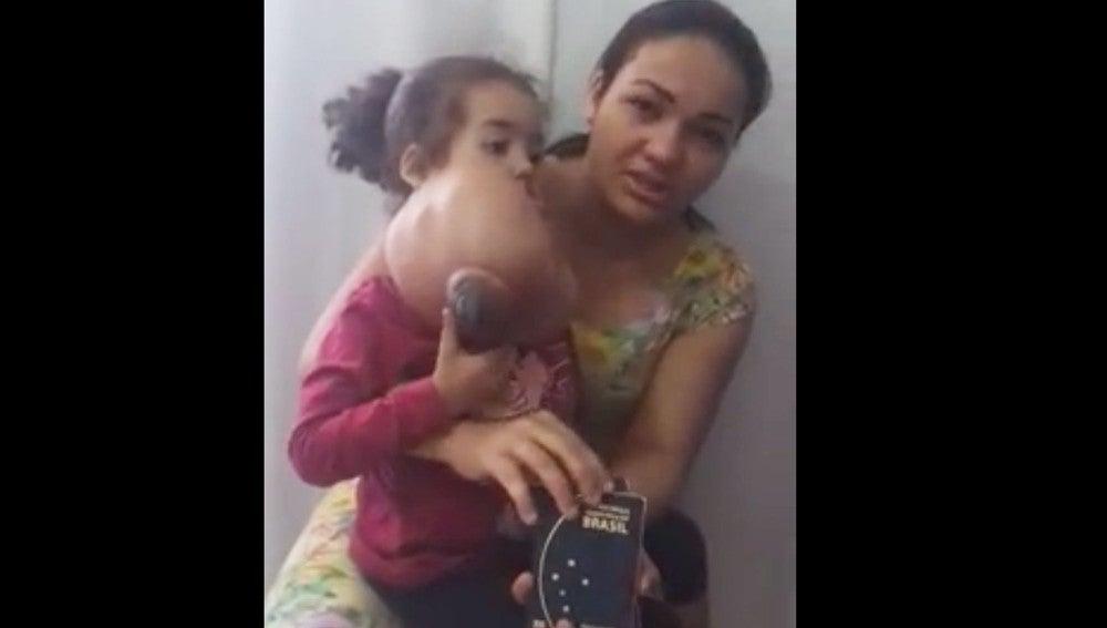 La madre de Melyssa junto a la niña antes de la operación