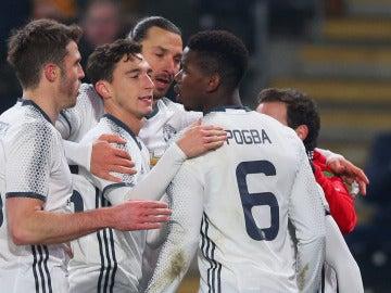 El Manchester United celebrando el gol de Pogba