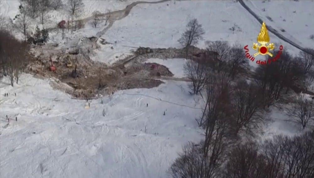 Frame 18.281097 de: Finaliza la búsqueda en el hotel Rigopiano tras recuperar 29 cadáveres