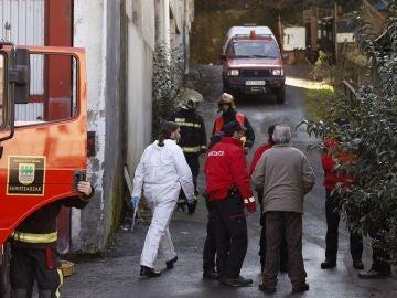 Bomberos y agentes de la Ertzaintza, en las inmediaciones de la fábrica en desuso donde se ha producido el incendio