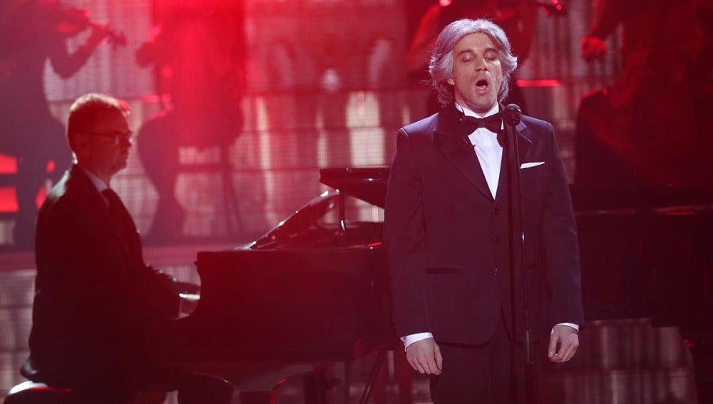 """Impresionante actuación de Blas Cantó como Andrea Boccelli y su inconfundible """"Ave María"""""""