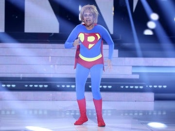 "Yolanda Ramos se enfunda un traje se superhéroe para interpretar ""Ça plane pour moi"", de Plastic Bertrand"