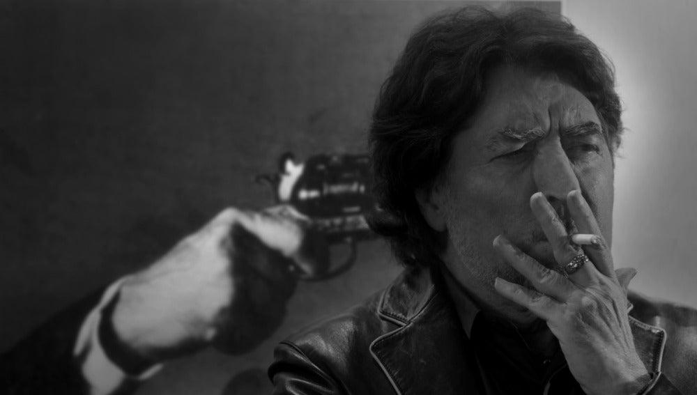 Joaquín Sabina, en una de las imágenes del videoclip de 'Lo niego todo'