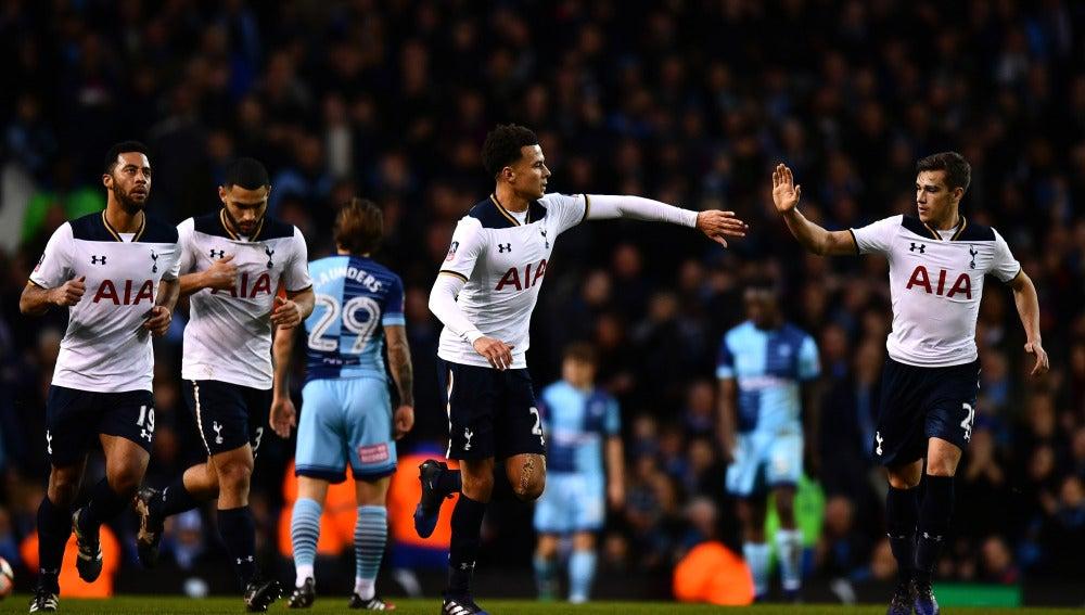 Los jugadores del Tottenham celebra un gol