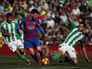 Messi, ante dos jugadores béticos