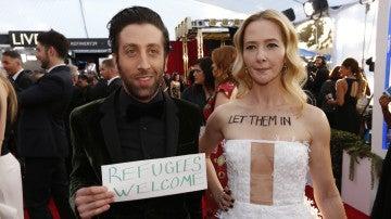 Simon Helberg y su mujer, Jocelyn Towne, protestan en los SAG Awards contra Trump