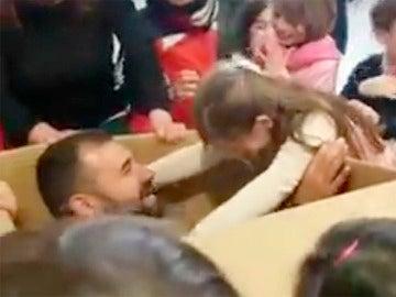 Momento en el que la pequeña descubre que el regalo es su padre