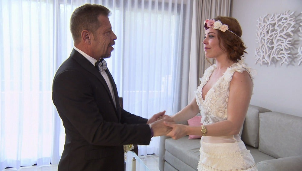 El padre de Samantha se emociona al ver a su hija vestida de novia