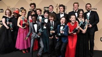 El reparto de 'Starnger Things' con su SAG Awards