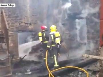 Frame 45.991111 de: Buscan a un matrimonio de ancianos entre los escombros de su casa incendiada