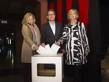 El expresidente de la Generalitat Artur Mas y las exconselleras Joana Ortega (i) e Irene Rigau durante su comparecencia ante la prensa
