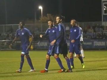David Villa celebra su gol de chilena