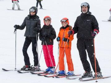 La Reina Letizia y el Rey Felipe VI esquiando junto a sus hijas