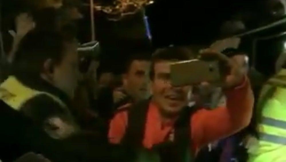 Aficionados culés se agolpan alrededor del coche de Leo Messi