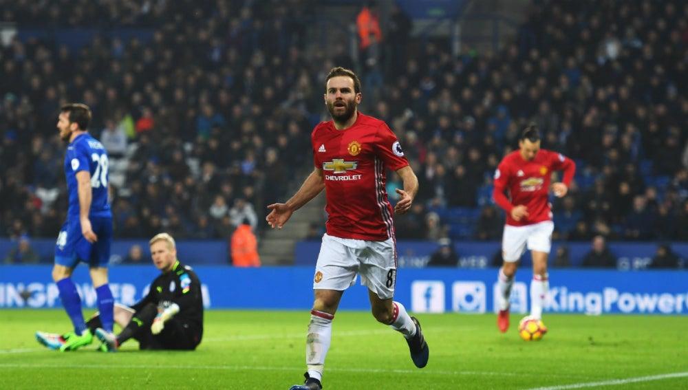 Mata celebra un gol con el United