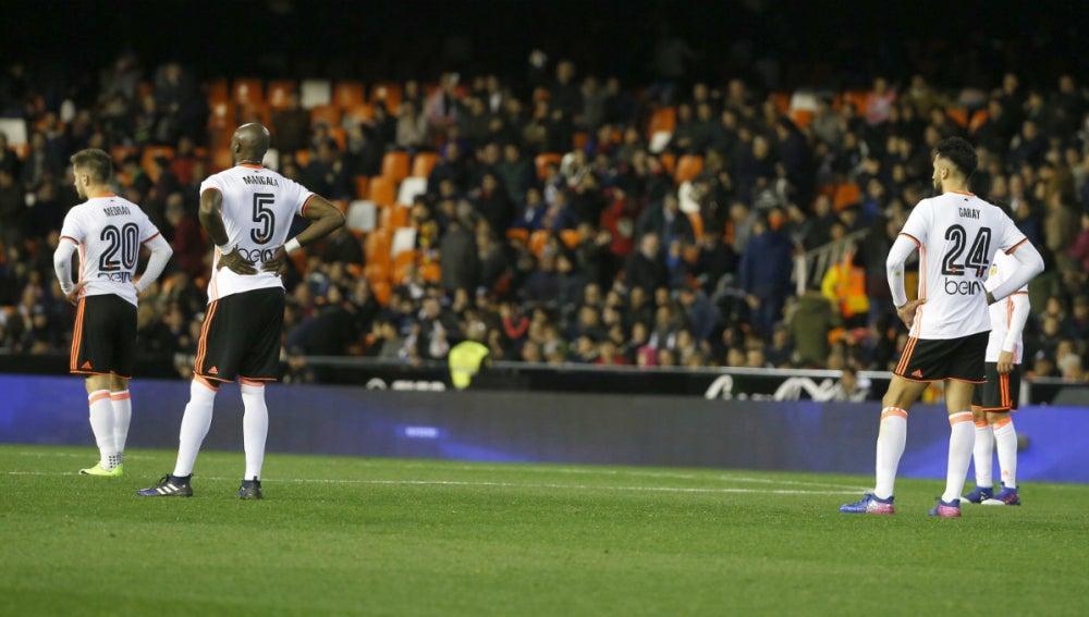 Varias jugadores del Valencia se lamentan