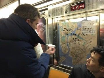 Un pasajero del metro de Nueva York elimina un mensaje de odio hacia judíos en uno de los vagones