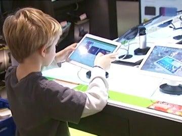 Frame 66.983672 de: Aumenta el número de niños adictos a los móviles y tabletas