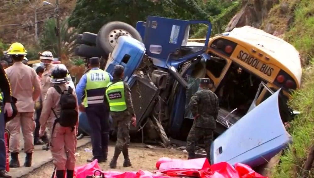 Frame 4.067429 de: Al menos 23 muertos y 39 heridos en choque de autobús y un camión en Honduras