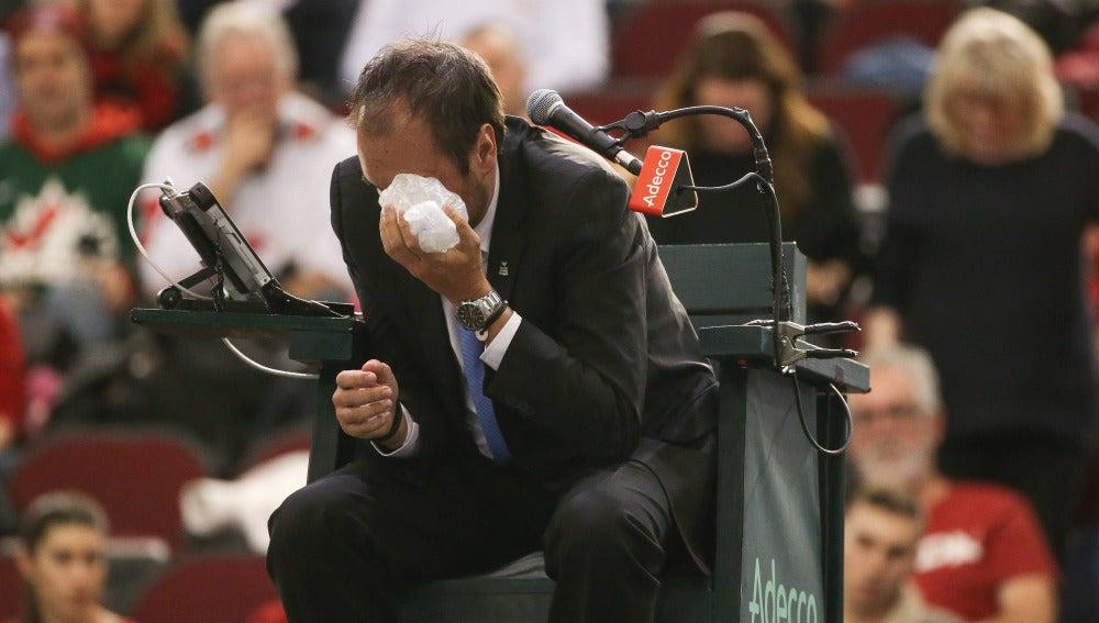 El juez de silla, Arnaud Gabas, tras recibir el pelotazo