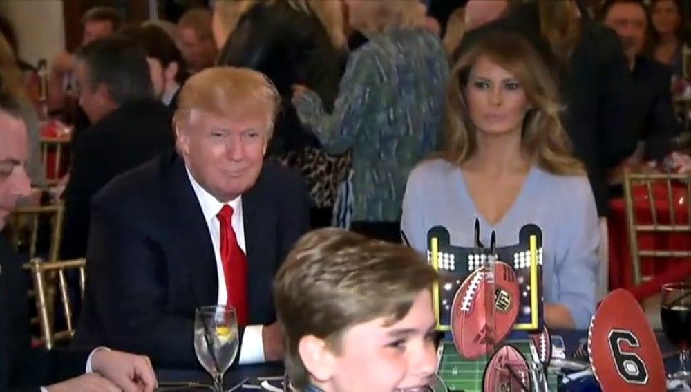 """Frame 16.027836 de: El presidente Donald Trump disfrutó de la """"Superbowl"""" en su campo de golf de Florida con Melania"""